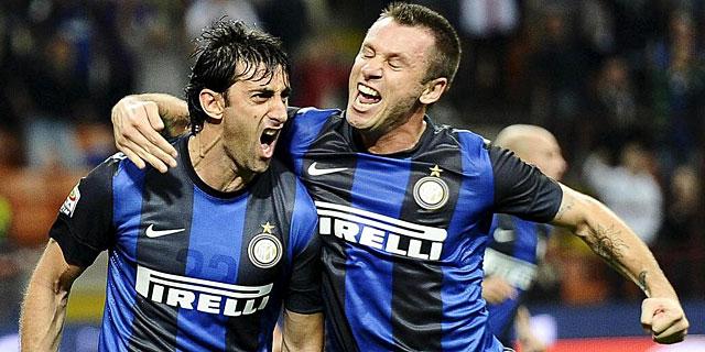 Cassano y Diego Milito celebran un gol logrado ante la Fiorentina. | Efe