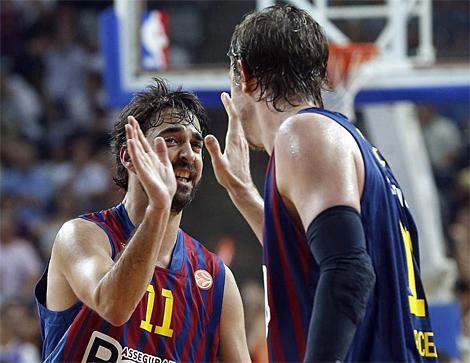 Navarro y CJ Wallace, durante el encuentro ante los Mavericks. | Efe