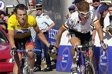Armstrong y Ullrich cruzan juntos la meta en Luz Ardiden, en el Tour de 2001.   Efe