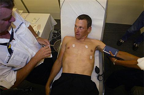 Lance Armstrong, durante una revisión médica en el Tour de 2003. | Afp