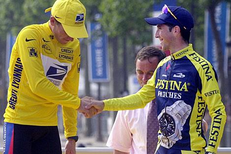 Lance Armstrong saluda a Joseba Beloki en el podio del Tour de 2000.   El Mundo