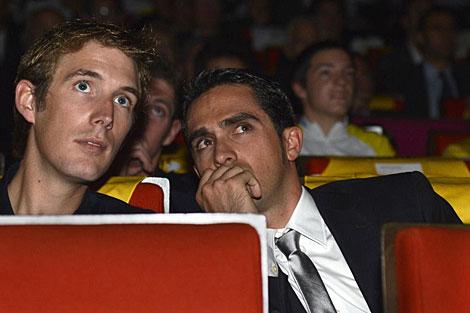 Alberto Contador conversa con Andy Schleck durante la presentación del Tour. | Efe