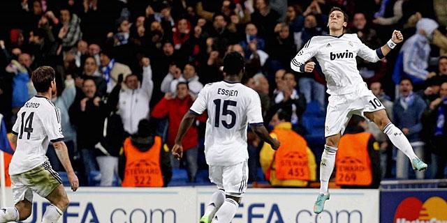 Mesut Özil festeja el gol del empate ante la mirada de Essien y Xabi Alonso. | Efe