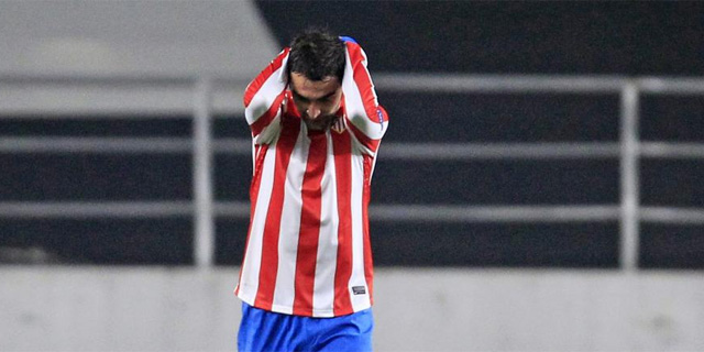 Adrián se lamenta tras perder una ocasión en Coimbra. | Reuters