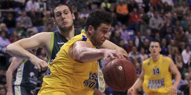 Hrycaniu, intenta proteger el balón, ante Perovic. | Efe