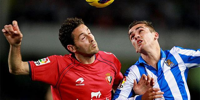 Griezmann pelea un balón aéreo con Damiá. (Foto: Efe)