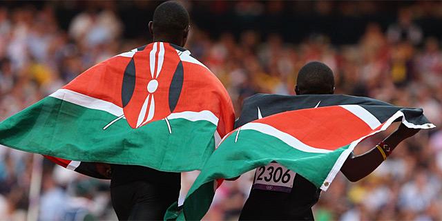Dos ateltas kenianos celebran su éxito en los JJOO de Londres.