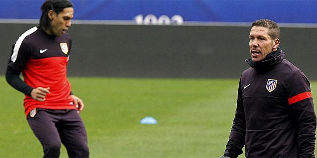 Simeone, junto a Falcao, en un entrenamiento del Atlético. (EFE)