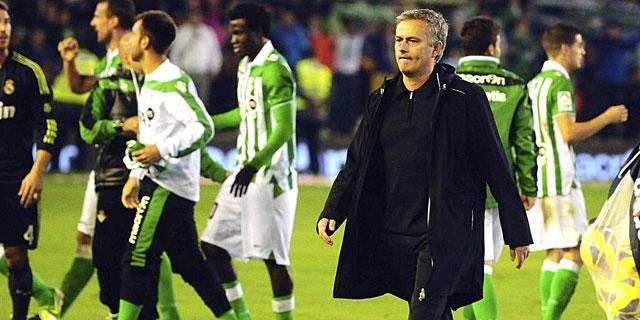 José Mourinho, a la finalización del partido ante el Betis.   Efe