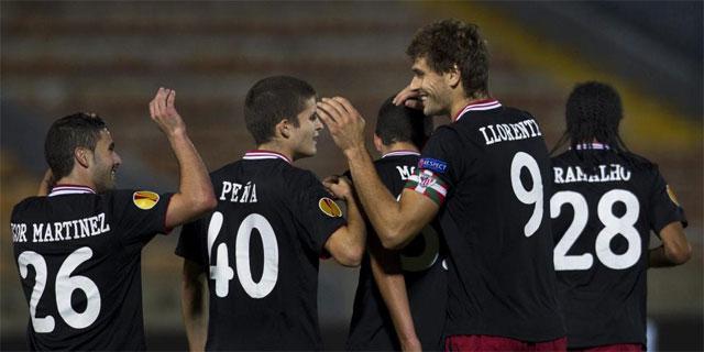 Llorente es felicitado por su gol al Hapoel. | Efe