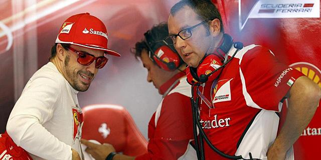 Fernando, hablando con Domenicali, en el GP de Brasil. | Reuters