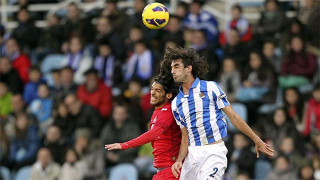 Lafita (i) y Carlos Martínez, autores de los dos goles del partido, pugan por un balón aéreo | EFE