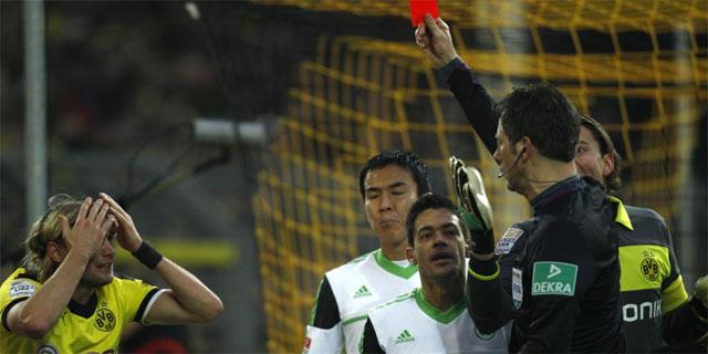 Wolfgang Stark enseña la tarjeta roja a Schmelzer.   Reuters