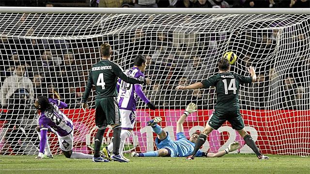 Ramos y Xabi Alonso, observan como Manucho marca el primero de sus goles | AFP