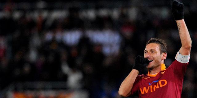 Totti celebra uno de sus goles a la Fiorentina.   Afp