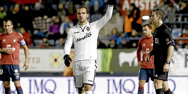 Roberto Soldado, tras marcar el único tanto del partido que no quiso celebrar.   Efe