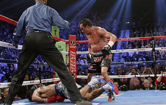 Márquez, tras asestar el último golpe a Pacquiao.   Reuters