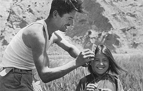 Herzog, con una niña nepalí.