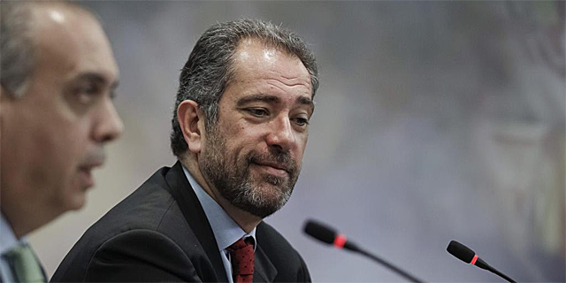 Orenga, junto al presidente de la FEB, José Luiz Sáez, en la presentación. | Efe