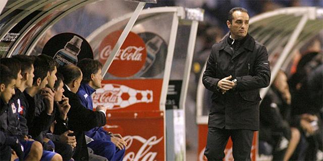 Oltra, en el banquillo de Riazor durante el partido que enfrentó al deportivo con el Valladolid | EFE