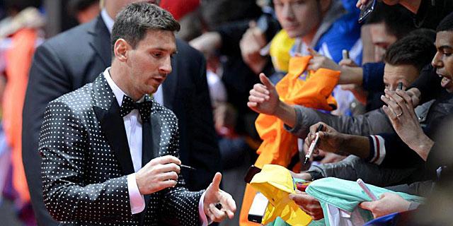 Messi firma unos autógrafos en la alfombra roja de Zurich. (EFE)