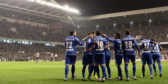 Los jugadores del Rayo celebran el segundo gol en San Mamés. | Efe