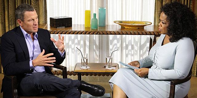 Lance Armstrong, junto a Oprah Winfrey durante la entrevista.   Afp