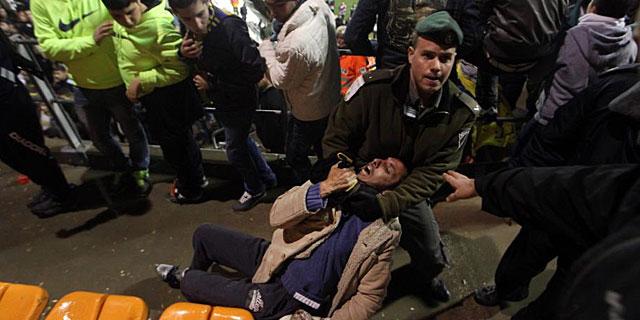 Policía israelí arresta a un hincha durante un partido entre el Beitar Jerusalén y el Maccabi Umm | EFE