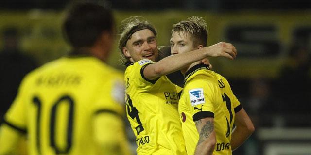 Schmelzer y Marco Reus (dcha.) celebran uno de los goles del Dortmund. | Efe