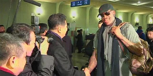 Son Kwang-ho, vicepresidente del comité olímpico norcoreano, recibe a Rodman. (AFP)