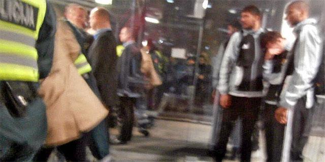 Rudy, a la derecha, tras la agresión en Kaunas.