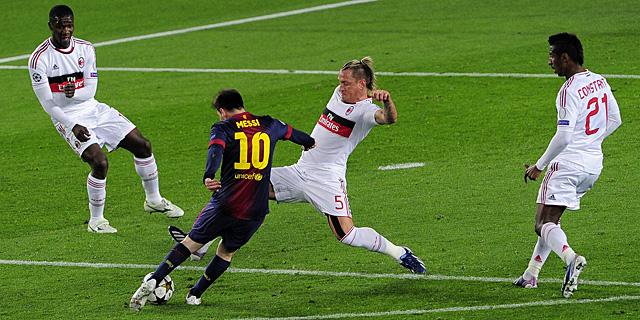 Leo Messi dispara para marcar el primer gol ante la oposición de Mexès. | AFP
