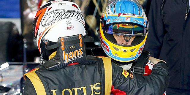 Kimi Raikkonen saluda a Fernando Alonso al término de la carrera.   EFE