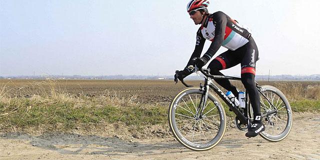 Fabian Cancellara, el gran favorito, en un entrenamiento previo a la París-Roubaix. (AFP)