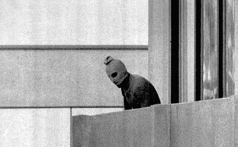 Imagen de un terrorista de 'Septiembre Negro' en los JJOO de 1972. | Reuters