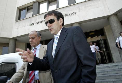 Eufemiano y su abogado saliendo de los juzgados.