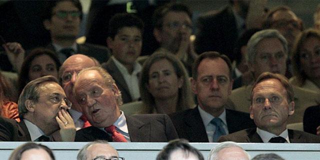 Watzke, a la derecha de la imagen, junto a Florentino Pérez y el Rey. (Foto: Efe)