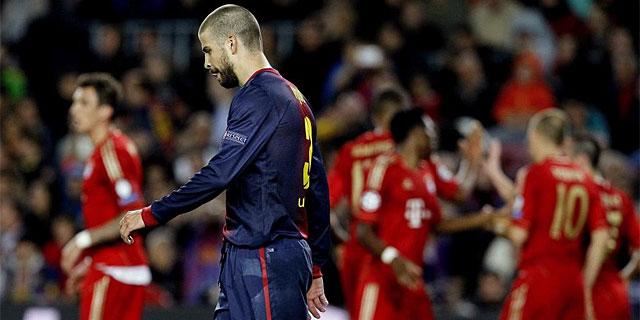 Piqué, abatido tras uno de los goles del Bayern. (Foto: Efe)
