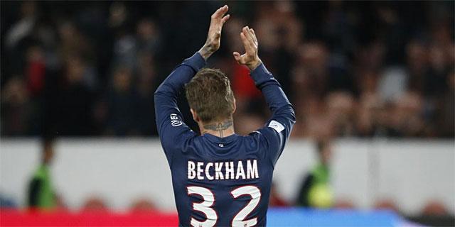 David Beckham aplaude al público tras un partido con el PSG.   Efe