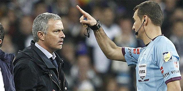 Clos Gómez le indica a Mourinho que abandone la zona técnica tras expulsarlo en la final de Copa. | Efe