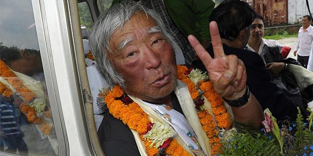 Yuichiro Miura, recibido en el aeropuerto de Katmandú. | AFP