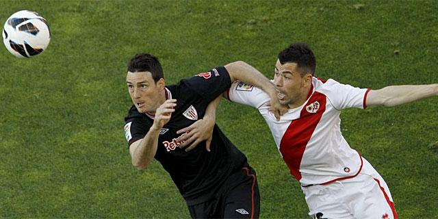 Adúriz y Javi Fuego pelean por el balón en el tramo inicial del partido. (EFE)