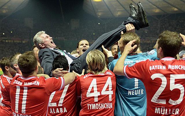 Heynckes, manteado por sus jugadores. (AFP)