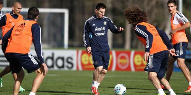 Lionel Messi conduce el balón durante el último entrenamiento albiceleste. |Twitter@AFA_seleccion