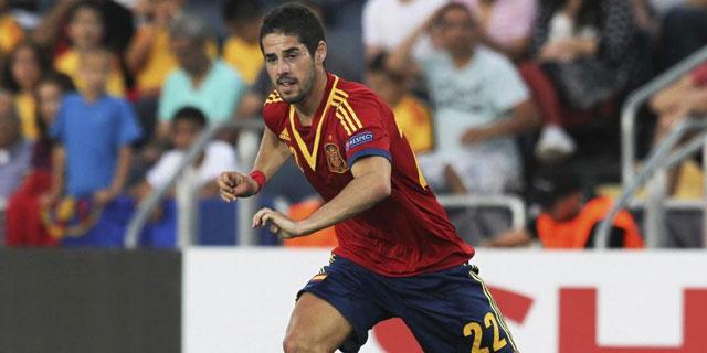 Isco conduce el balón durante el encuentro de España frente a Rusia. | EFE