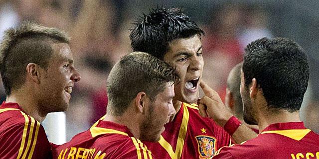 Morata celebra junto a sus compañeros el gol de la victoria. (AFP)