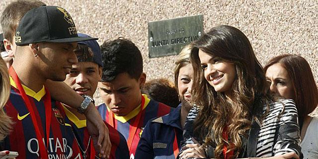 La novia de Neymar, Bruna Marquezine, junto a varios de sus amigos. (EFE)