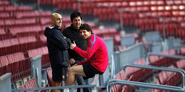 Messi, junto a su padre y el 'fisio' del Barça Juanjo Brau (izq), en una imagen de 2010. (Q.GARCÍA)
