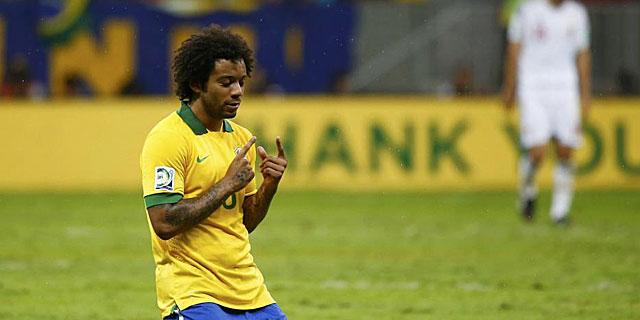 Marcelo se arrodilla en el césped durante la victoria de Brasil ante Japón. (REUTERS)