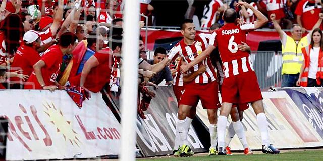 Los jugadores del Almería celebran uno de los goles. | EFE